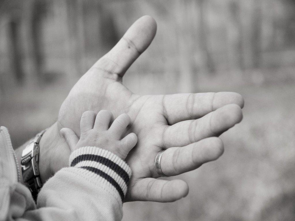 Pai de bebê abandonado pela mãe recebe salário-maternidade do INSS